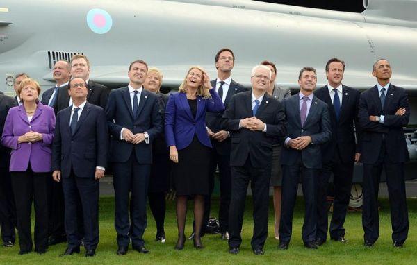 Dirigeants des pays membres de l'OTAN lors d'un défilé aérien au dernier sommet de l'OTAN au pays de Galles le 5 septembre 2014